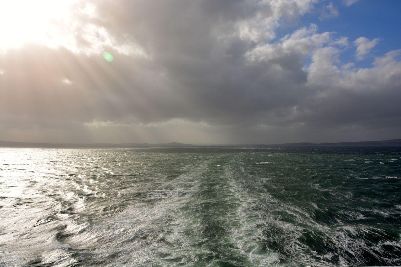 very-british-auf-see-heckwasser