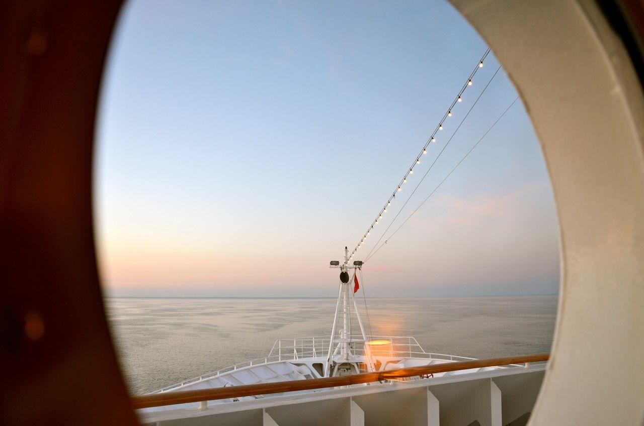 Mann über Bord Zwei Menschen Stürzen Von Kreuzfahrtschiffen