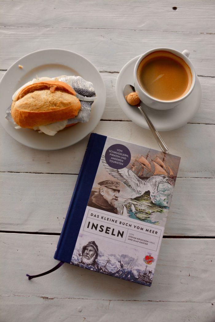 Nordische Kombination: Das Kleine Buch vom Meer Inseln, ein Kaffee und ein Fischbrötchen. Perfekt, oder? Foto: Ankerherz